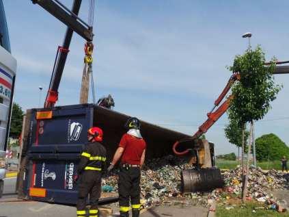 11052015 camion ribaltato origgio (22)