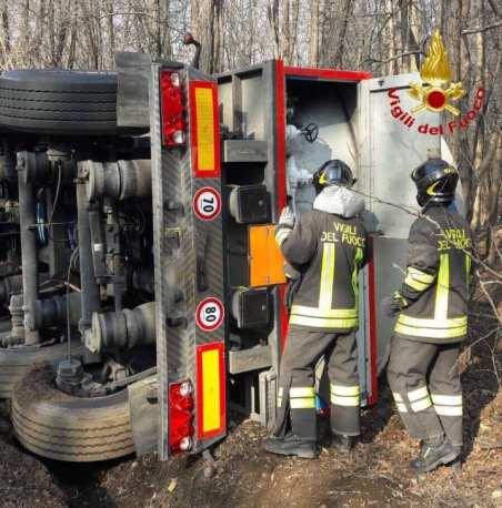 autocisterna azoto liquido ribaltata a tradate vigili del fuoco 08032019 (1)