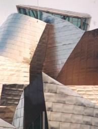 Selfs op 'n bewolkte dag reflekteer die titaniumplate van die Guggenheim