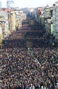 Gigantesca manifestazione a Lisbona