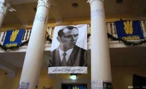 L'ingresso del palazzo municipale di Kiev con-la-gigantografia di Stepan Bandera