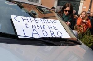 Matteo Renzi contestato durante la visita a Treviso