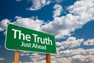 """Cartello stradale verde con scritto """"The Truth Just Ahead"""""""