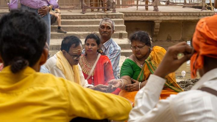 Prière au bord du Gange