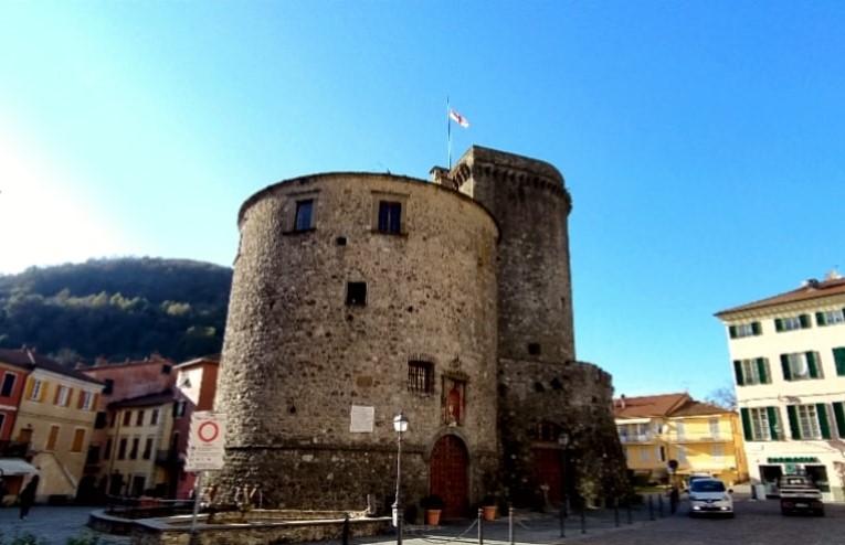Varese Ligure, piazza principale e Castello