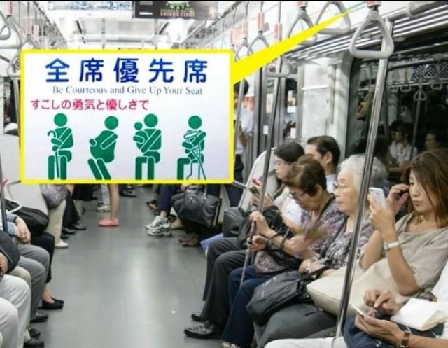 jepun baca buku dalam train