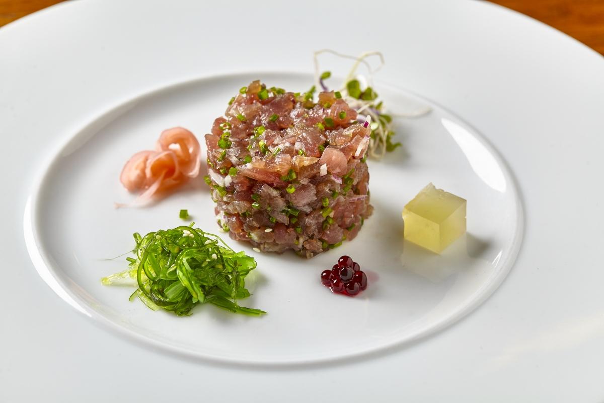 lososovy-tataracek-se-salatkem-wakamw-a-citronovym-zele-2
