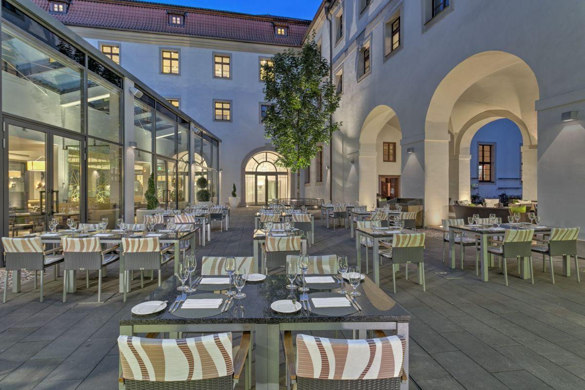 web_lux4310re-179444-Augustine Restaurant - terrace
