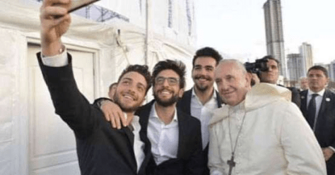 IL VOLO selfie with Pope Francis