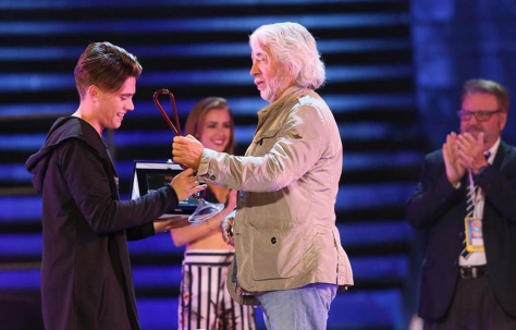 Michele Torpedine presents Nico the trophy for winning the Festival Show