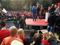 Il Trio sul palco e Linus che va verso i fans