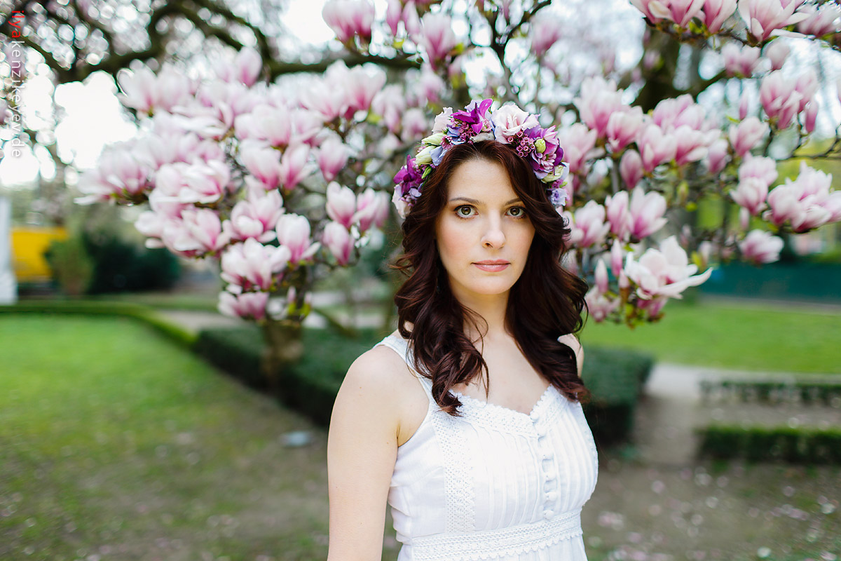 Frhling Fotoshooting unter Magnolienbaum in Hofgarten Dsseldorf  Hochzeitsfotograf Dsseldorf