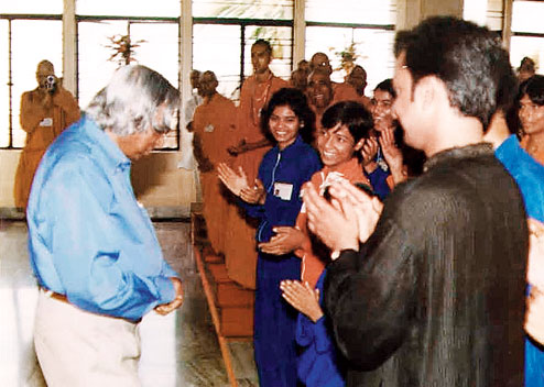 Kalam interacts with children of Bal Yoga Mitra Mandal at Bihar School of Yoga in 2003. Picture by Pravez Akhtar