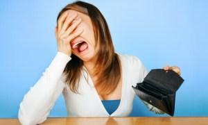 תמונה - אישה בוכה עם ארנק ריק מכסף
