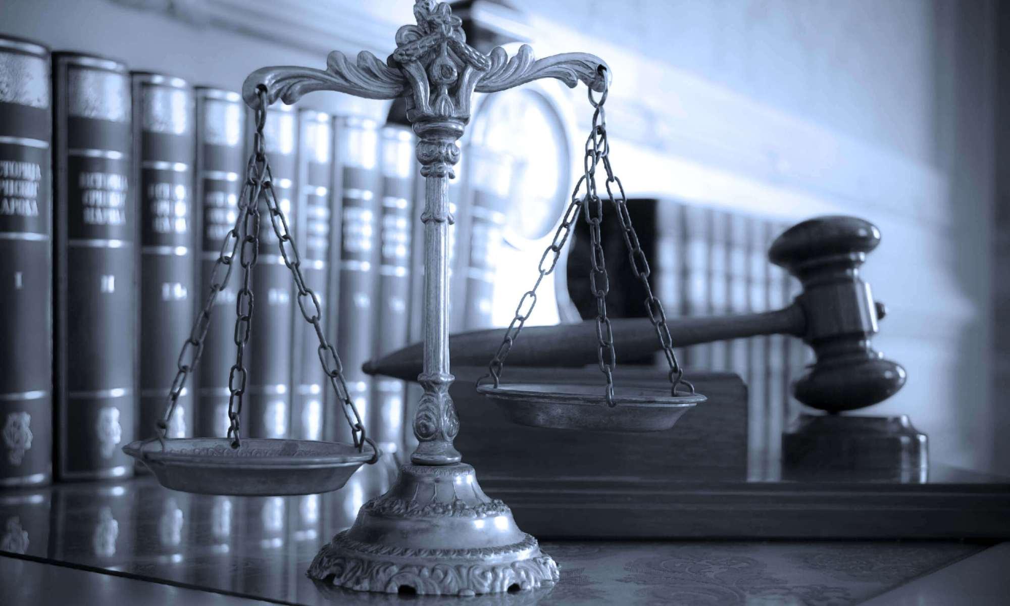 תמונה - מאזני צדק ופטיש בית משפט