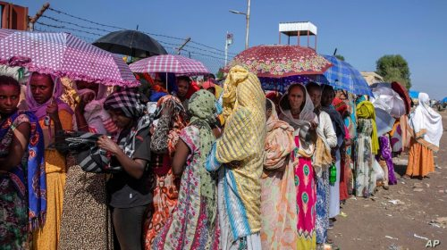 Tigray women who fled the conflict in the Ethiopia's Tigray region, wait for UNHCR to distribute blankets at Hamdayet…