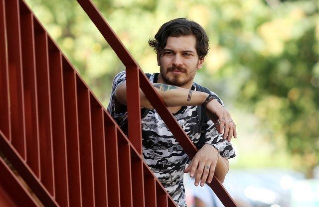 Çağatay Ulusoy sevgilisi Duygu Sarışın ile görüntülendi - Magazin haberleri
