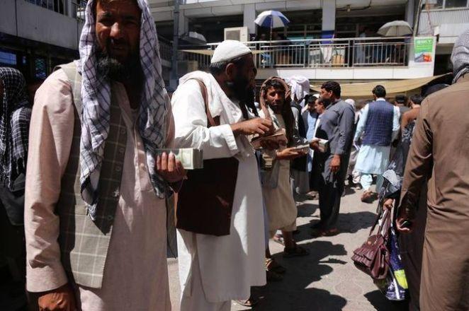 SON DAKİKA: Kabil'de yeniden açılan döviz bürolarına Afgan halkı yoğun ilgi gösterdi 18