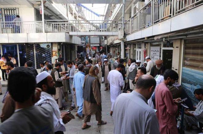 SON DAKİKA: Kabil'de yeniden açılan döviz bürolarına Afgan halkı yoğun ilgi gösterdi 19