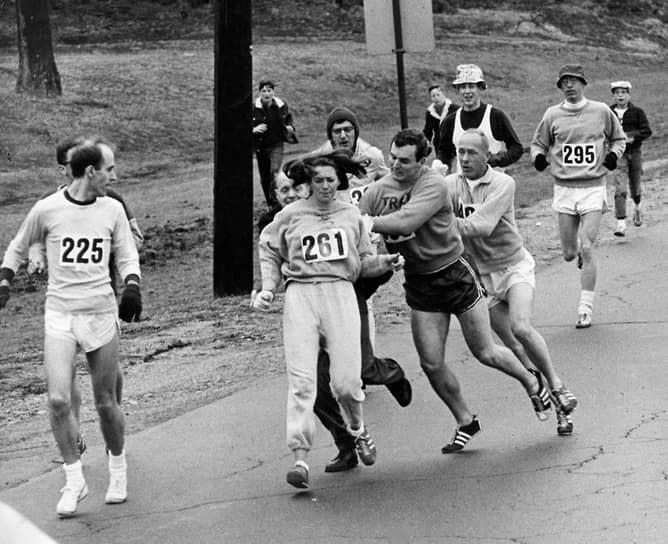В 1967 году Кетрин Швитцер стала первой женщиной, которая официально пробежала Бостонский марафон. Один из организаторов марафона Джок Семпл потребовал, чтобы она «вернула номер и убиралась к черту с его марафона», и пытался силой увести ее с трассы. Акция Швитцер привела к тому, что в 1972 году женщины все-таки получили право официально участвовать в пробеге по Бостону