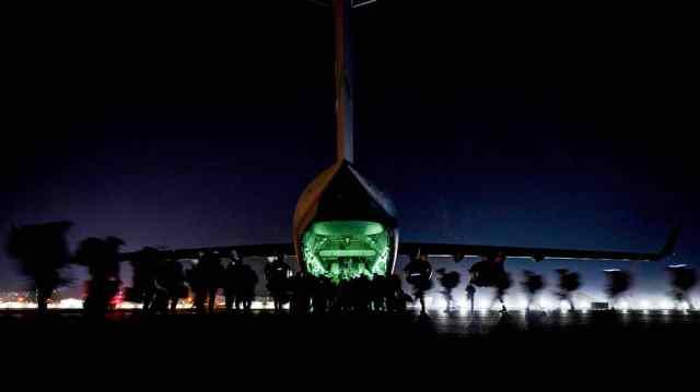 Солдаты США готовятся покинуть аэропорт в Кабуле 30 августа 2021 года