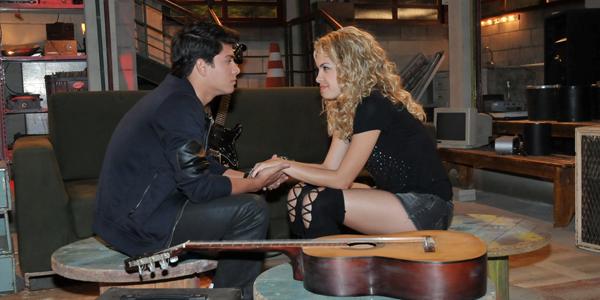 Diego dá anel de compromisso para Roberta