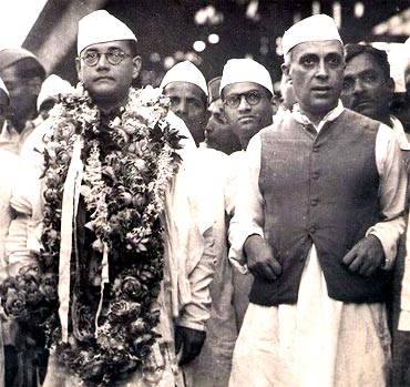 Subhash Chandra Bose with Jawaharlal Nehru (Image source and courtesy - im.rediff.com). Click for larger image.