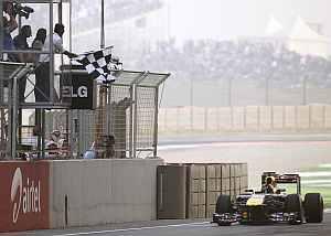 Sachin Tendulkar waves the chequered flag as Sebastian Vettel wins the Indian GP on Sunday