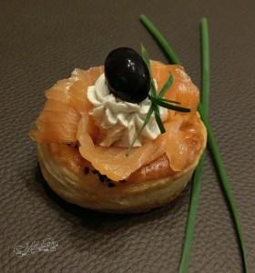 Kokilki z ciasta francuskiego z serkiem i wędzonym łososiem