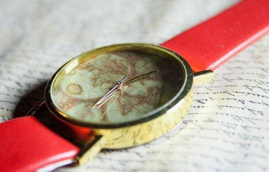 Reloj sobre un libro.