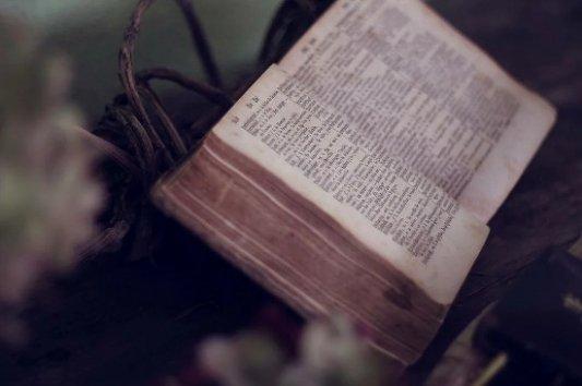 Libro antiguo sobre atril.