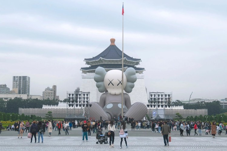 KAWS:HOLIDAY台北雕塑灰色白色