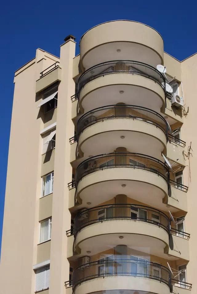 Un immeuble moderne par Genevieve LAPOUX sur LInternaute