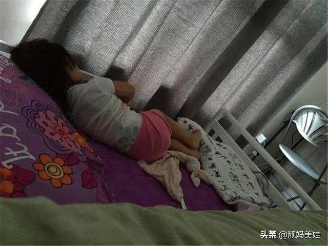 "be 5 tuoi ngu mot minh nhung luon noi ""co rat nhieu nguoi"", me len xem camera thi bat khoc - 1"