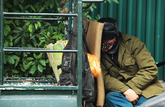 Rét 10 độ C, người Hà Nội trùm chăn, mặc áo mưa ra đường - 11