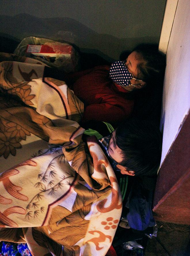 """Ảnh: Người vô gia cư trong đêm lạnh """"ác mộng"""" ở Hà Nội - 5"""