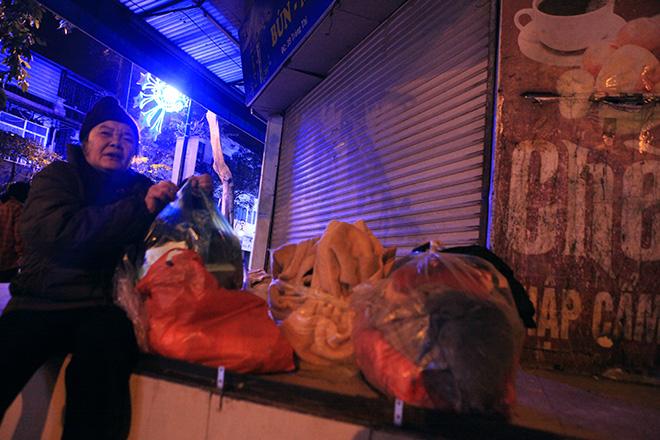 """Ảnh: Người vô gia cư trong đêm lạnh """"ác mộng"""" ở Hà Nội - 11"""