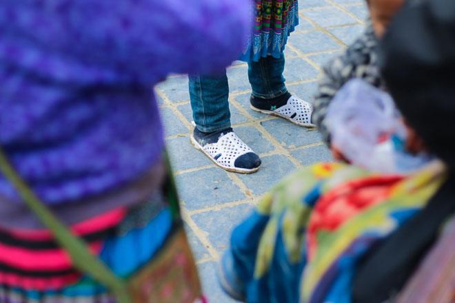 Trẻ nhỏ Sa Pa chân trần, mặt tím tái trong giá lạnh khủng khiếp - 5