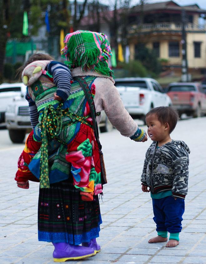 Trẻ nhỏ Sa Pa chân trần, mặt tím tái trong giá lạnh khủng khiếp - 4