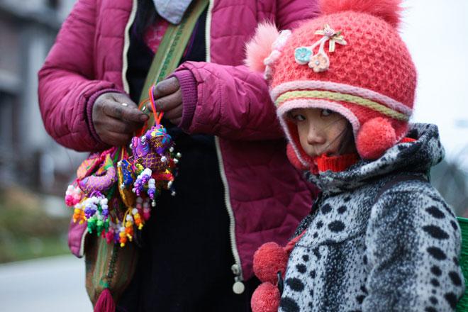 Trẻ nhỏ Sa Pa chân trần, mặt tím tái trong giá lạnh khủng khiếp - 9