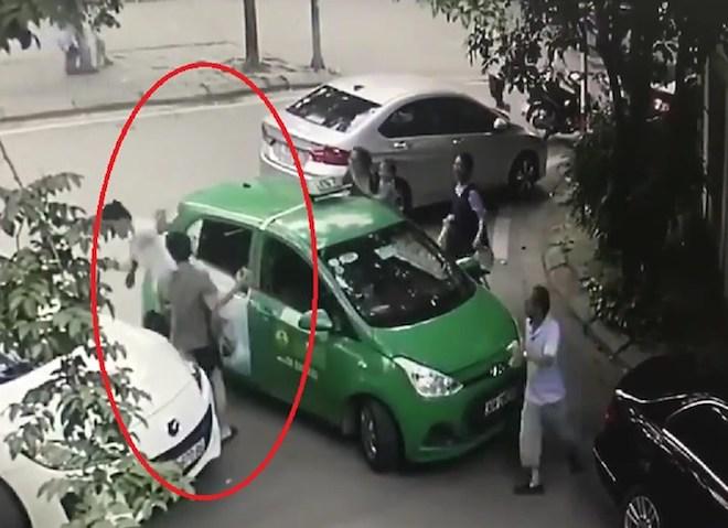 Nóng 24h qua: Tiết lộ lý do tài xế xe Mercedes choảng vỡ đầu tài xế taxi Mai Linh - 1