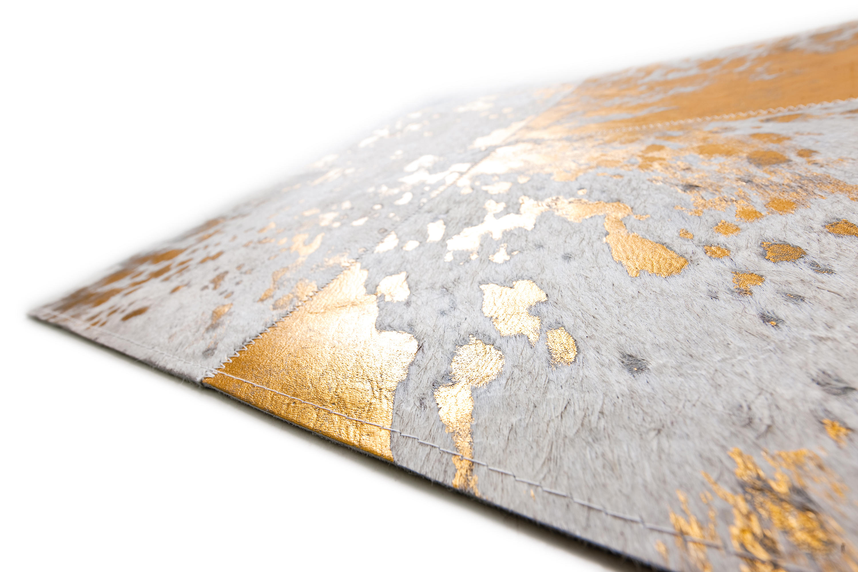 Kuhfell Teppich Gold Body And Soul Golden Rain Rugs From Kymo Architonic