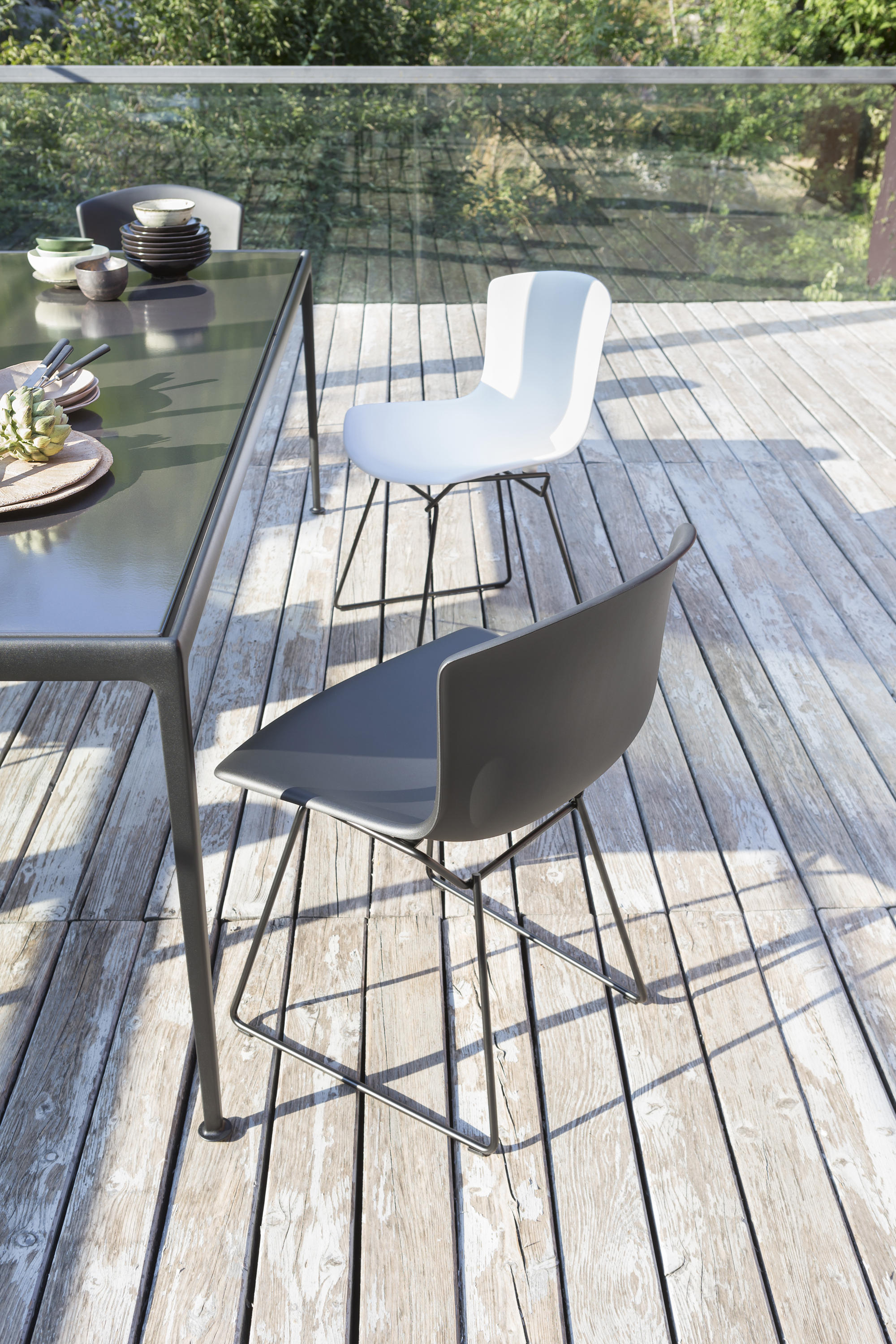 bertoia side chair round chess table with chairs from knoll international architonic