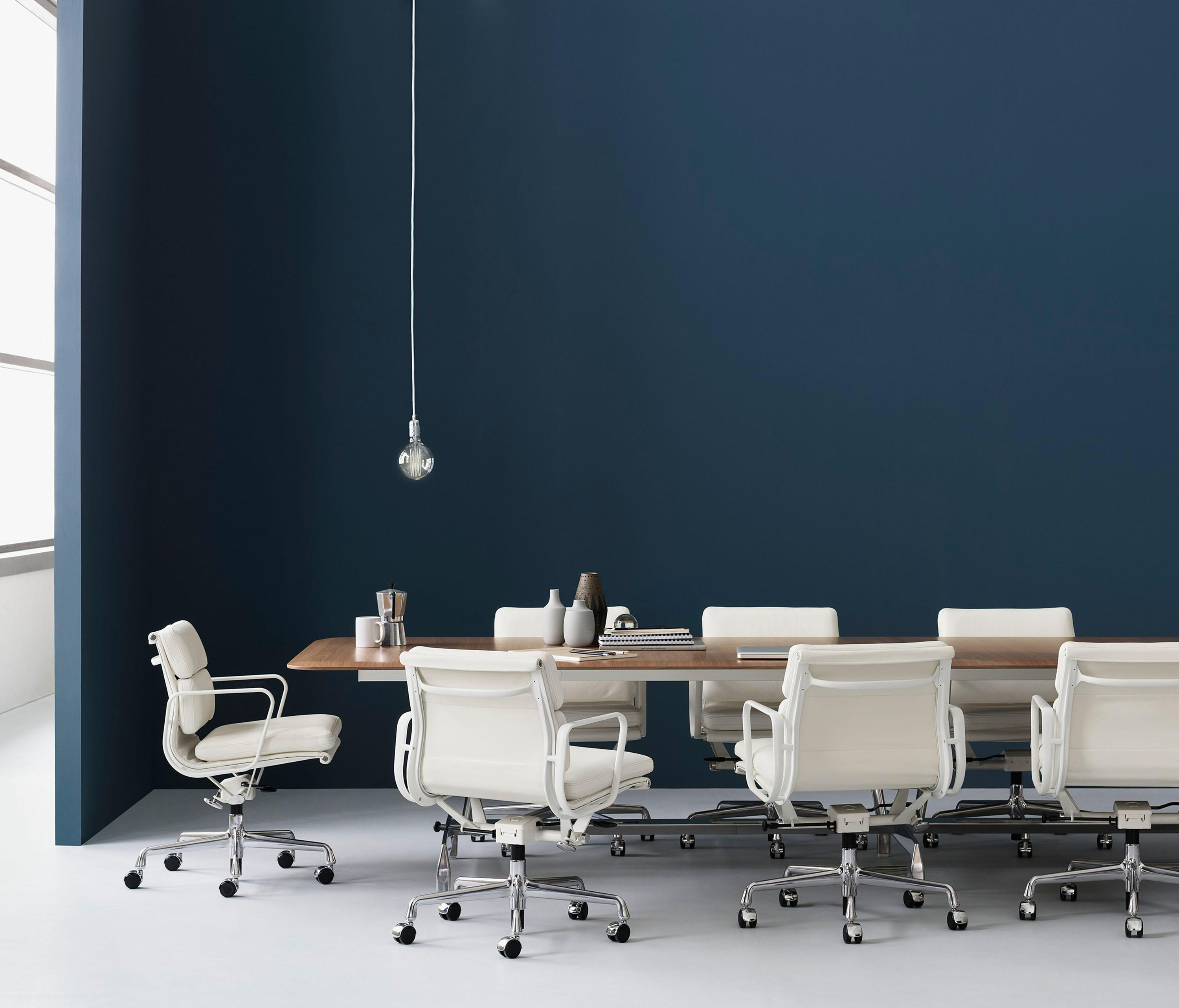 EAMES ALUMINUM GROUP SOFT PAD MANAGEMENT CHAIR  Chairs