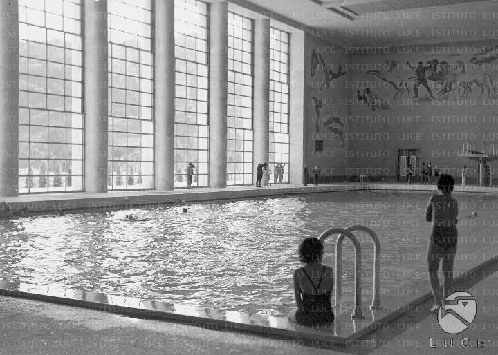 La grande piscina olimpionica al coperto del Foro Mussolini attuale Foro Italico animata da