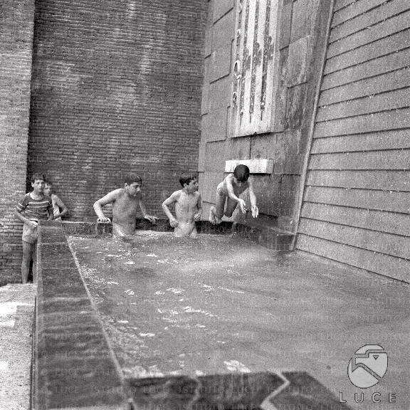 Bambini si fanno il bagno  Mediateca Roma