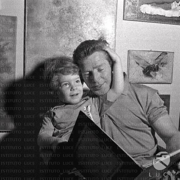 Il figlio di Valentina Cortese legge un libro con il padre