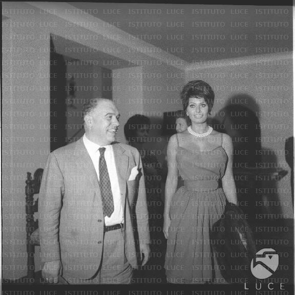 Carlo Ponti e Sophia Loren allinterno dellhotel Villa