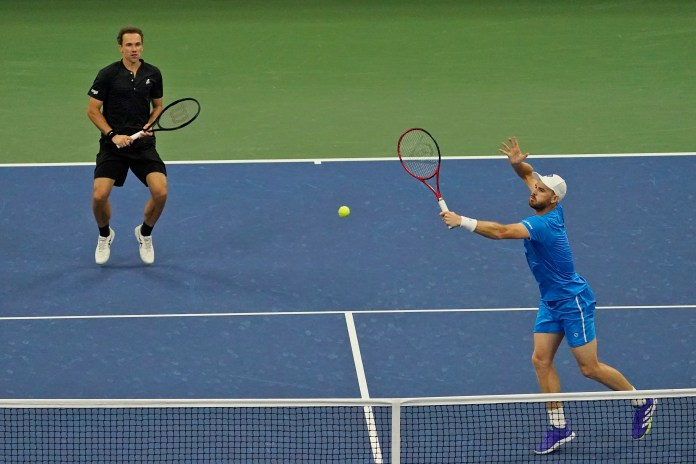 Jamie Murray and Bruno Soares in action