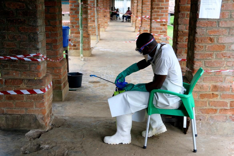 Un travailleur de la santé porte un équipement de protection contre les virus dans un centre de traitement à Bikoro, en République démocratique du Congo (John Bompengo / AP)